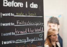 """An der Tafel: """"Before I die..."""""""