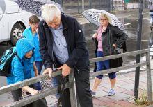 Älterer Teilnehmer klettert über einen Zaun