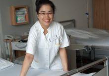 Freiwillige richtet ein Patientenbett