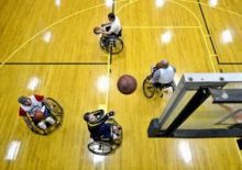 Menschen im Rollstuhl spielen Basketball