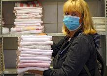 Marion Sczepek mit gefalteten Handtüchern
