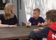 Saskia Koll im Gespräch mit Kindern