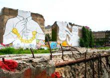 An eine Betonwand gemalt: Mann mit Handschellen