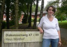 Kati Lovas vor dem Haus Waldhof