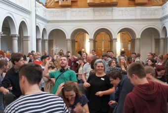 Aktion in der Kirche