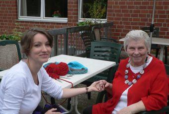 Kati Lovas mit älterer Bewohnerin