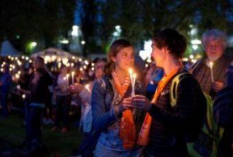 Jugendliche mit Kerzen