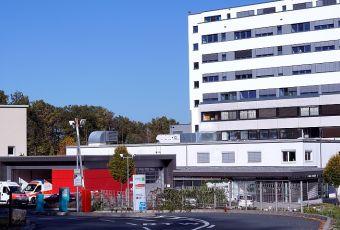 Einfahrt zum Klinikum, links im Bild zwei Rettungswagen