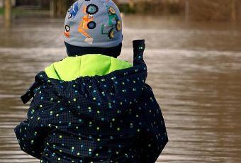 Kind am Hochwasser