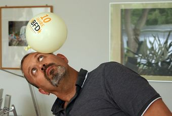 André Knüdeler balanciert einen Luftballon zum BFD-Jubiläum