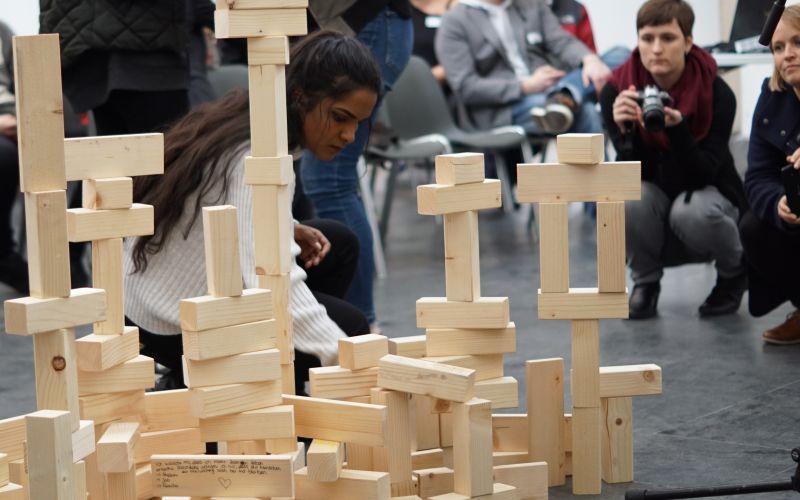 Jugendliche stellen Bausteine auf
