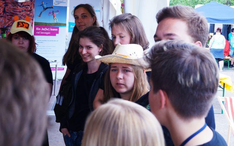 Freiwillige im Gespräch