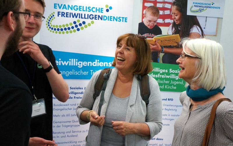 Junge Freiwillige im Gespräch mit Hauptamtlichen vom Diakoniewerk Essen