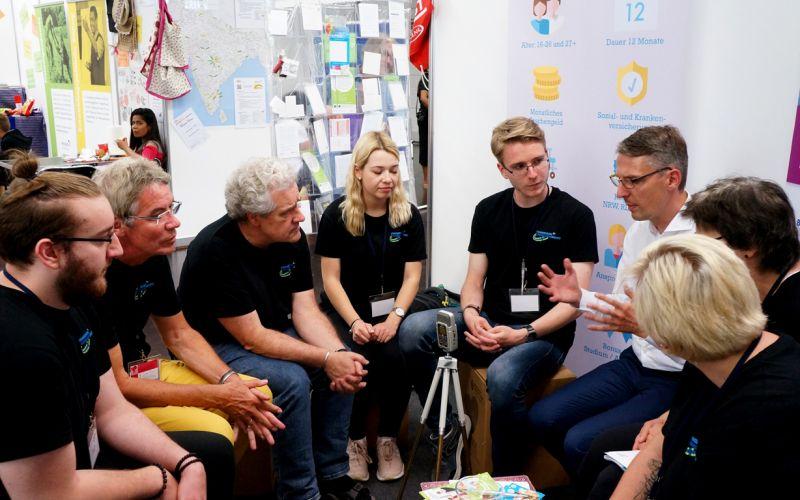 Lars Castelucci im Gespräch mit Freiwilligen