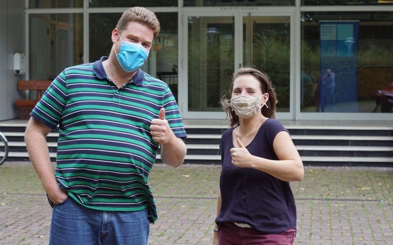 Mathias und Regina mit Schutzmasken